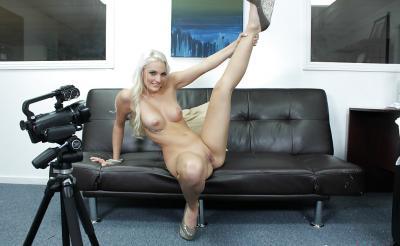 Блондинка с большой попкой проходит кастинг 12 фото