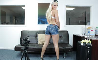 Блондинка с большой попкой проходит кастинг 3 фото