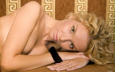 Молодая кудрявая блондинка 3 фото
