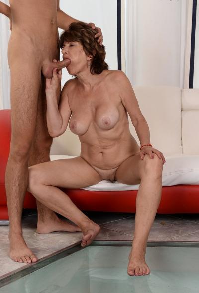 Зрелая женщина трахается с молодым парнем 16 фото