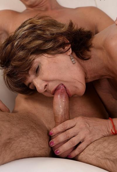 Зрелая женщина трахается с молодым парнем 18 фото