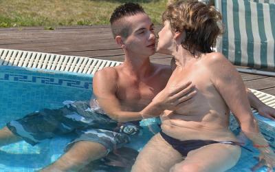 Зрелая женщина трахается с молодым парнем 2 фото
