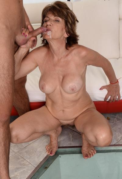 Зрелая женщина трахается с молодым парнем 20 фото