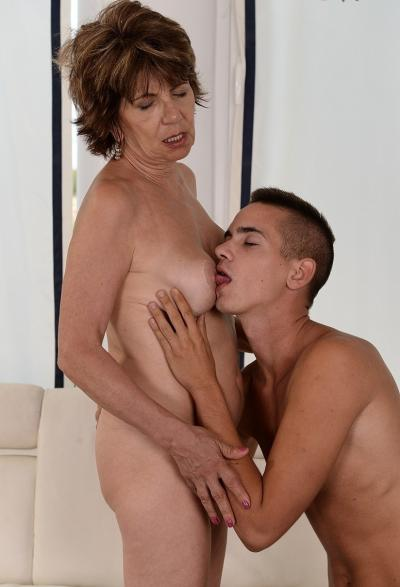 Зрелая женщина трахается с молодым парнем 5 фото