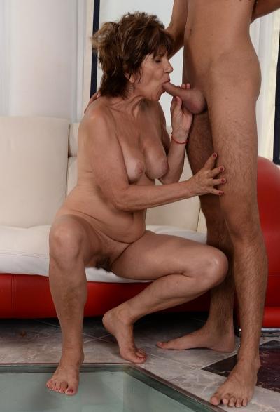 Зрелая женщина трахается с молодым парнем 6 фото