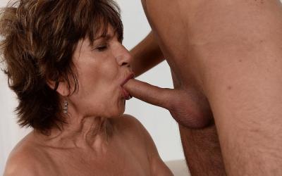 Зрелая женщина трахается с молодым парнем 7 фото