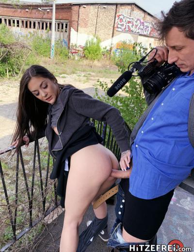 Молодая брюнетка Lullu Gun занялась сексом на улице 13 фото