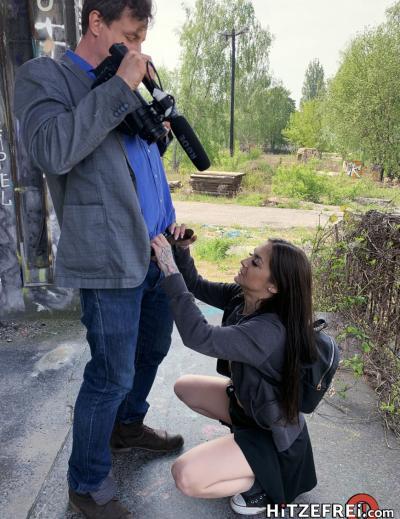 Молодая брюнетка Lullu Gun занялась сексом на улице 9 фото