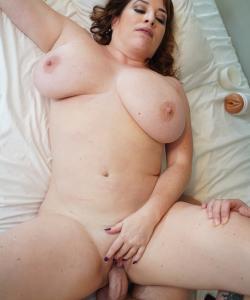 Милфа спалила за дрочкой и занялась сексом