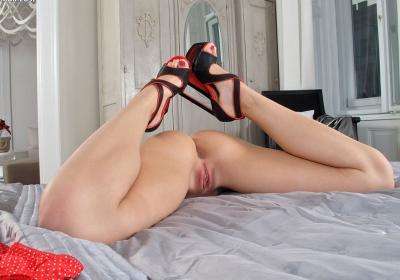 Голая сучка мастурбирует фаллоимитатором 8 фото