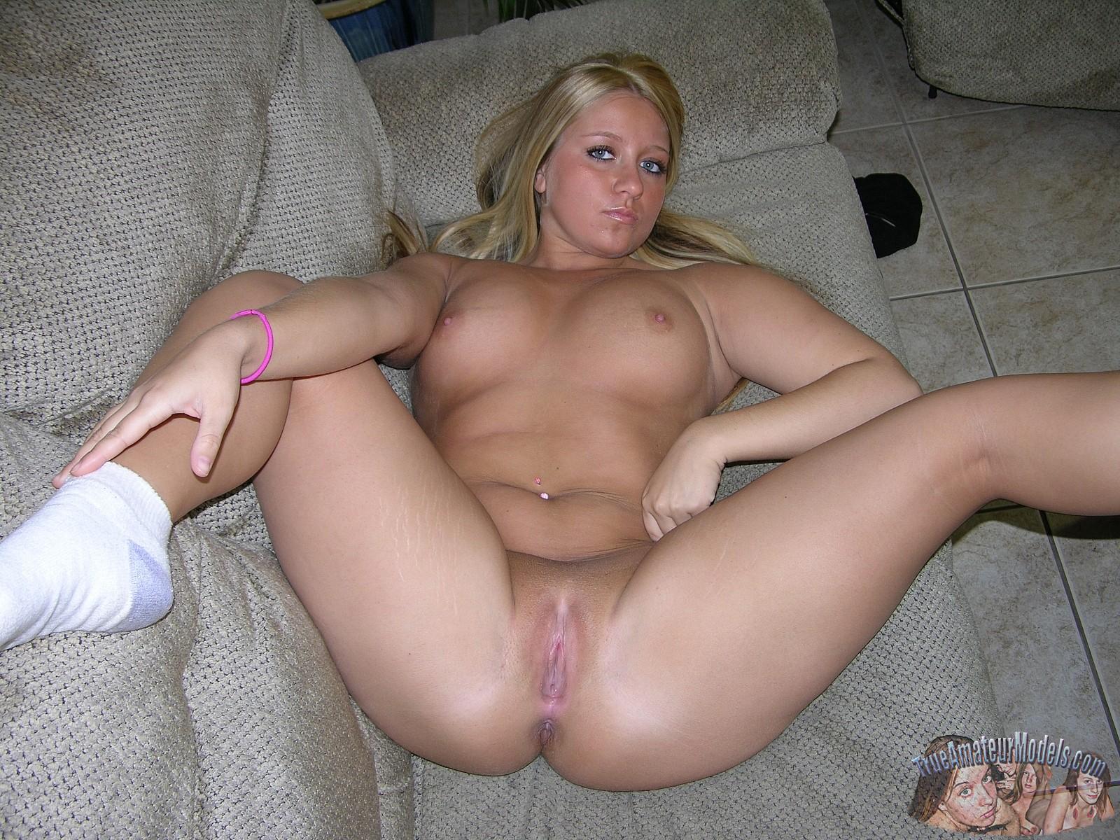 Частное фото пышных блондинок с пиздой крупным планом