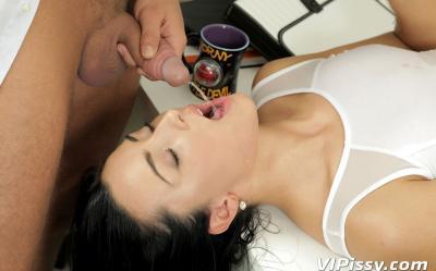 Брюнетка кончила сквитром во время секса 6 фото