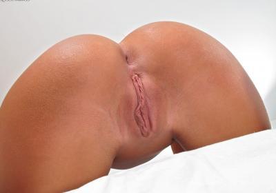 Сисястая брюнетка с розовым вибратором 11 фото