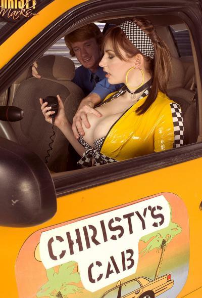 Работница такси вместо оплаты взяла член в рот 1 фото