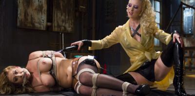 Кучерявая блондинка связала подругу и издевается над ней 2 фото