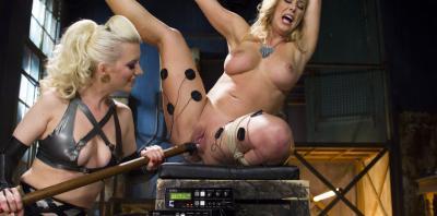 Кучерявая блондинка связала подругу и издевается над ней 5 фото