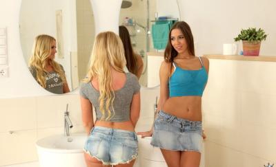 Трахают двух молоденьких девушек 2 фото