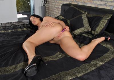 Молоденькая телочка мастурбирует анал 11 фото