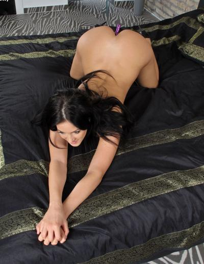 Молоденькая телочка мастурбирует анал 15 фото