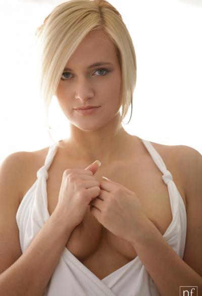 Кончил блондинке на маленькие сиськи с большими сосками 4 фото